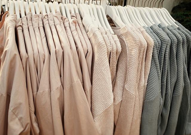 Oblečení na ramínkách v obchodě